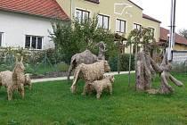 Slaměné sochy a sluneční hodiny na obecním úřadu patří k největším lákadlům obce Rouské