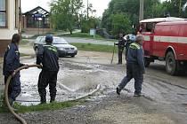 Bláto z ulic uklízeli v pátek 26. června  v Bělotíně.