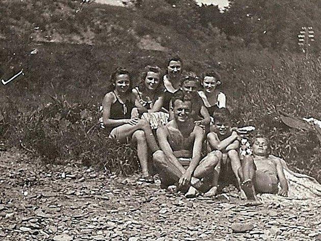 S Mirkou Sternovou jezdíval její kamarád Karel Hlaváček na rodinné výlety i na vyjížďky na kole. U nich doma byl podle svých slov pečený, vařený