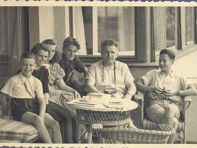 SMirkou Sternovou jezdíval její kamarád Karel Hlaváček na rodinné výlety ina vyjížďky na kole. Unich doma byl podle svých slov pečený, vařený.