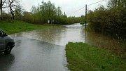 Řeka Bečva se v pátek na některých místech rozlila - zaplavila například sportoviště v Ústí na Hranicku.