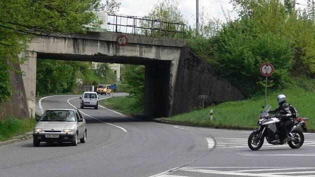 Křižovatka za Hranicemi s odbočkou na Opatovice.