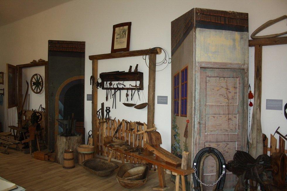 Místní muzeum v Býškovicích na Hranicku se pyšní vzácnými exempláři. Návštěvníci se mohou dozvědět o životě na vesnici nebo o významném generálovi Bohumilu Závadovi.