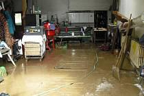 Následky povodní odklízeli obyvatelé Potštátu ve čtvrtek již od brzkých hodin.
