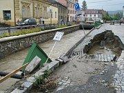 Asi nejhorší byla situace ve Lhotce. Jeden z mostů přes Veličku se postupně rozpadá. Místní obyvatelé se ve čtvrtek 25. června dopoledne pustili do odklízení bahna a spadlých stromů.