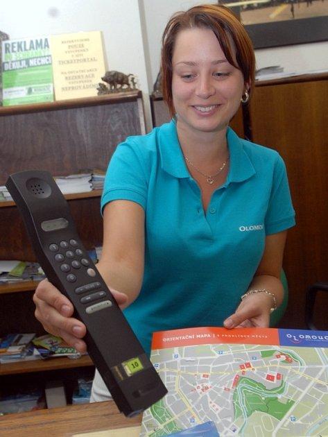 Pracovnice olomouckého informačního centra Regina Kyselová ukazuje audioprůvodce, který dokáže turisty informovat o osmadvaceti památkách ve městě.