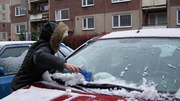 Řidiči museli vytáhnout škrabky na sníh a smetáčky a svá auta očistit.