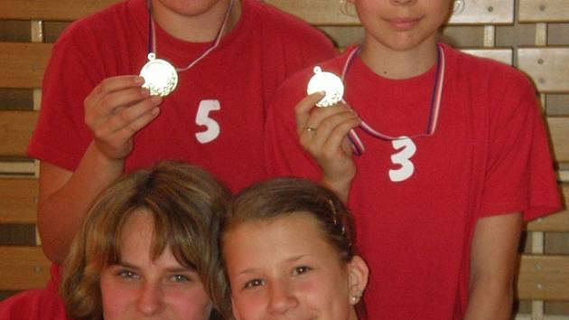 A–tým mladších žaček nepoznal v šesti turnajích hořkost porážky a po zásluze vybojoval zlaté medaile.