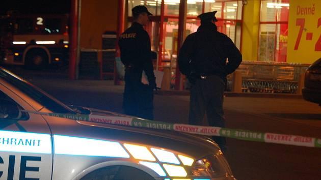 Na tísňovou linku zatelefonoval anonym a dětským hlasem oznámil, že je v budově Penny marketu uložena bomba.
