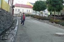 Budovaný chodník je v jedné části široký pouze šestapadesát centimetrů. Hned vedle něj by navíc mělo být místo vyhrazené pro parkování.
