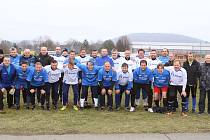 Vítězové turnaje starých pánů v Hranicích (v bílém) s dalšími účastníky tradiční akce.