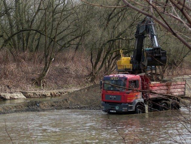 Odtěžení nánosů z koryta řeky Bečvy u obce Ústí