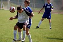 Béčko starších žáků 1. FC Přrov (v bíločerném) nestačilo v derby na hranickou rezervu a doma prohrálo vysoce 0:8.