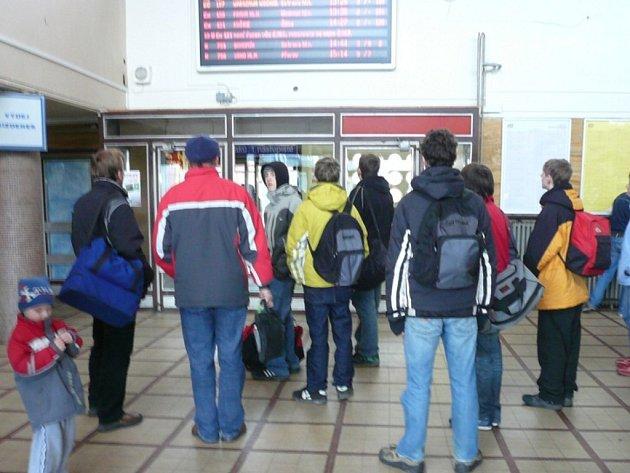 Kvůli zpožděným vlakům zůstaly v sobotu na hranickém nádraží uvězněny desítky lidí.