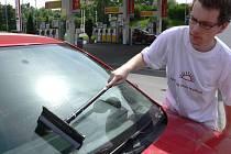 Dobročinné akce s názvem Kapka se v pátek zúčastnili i členové hranického skautského oddílu Junák. Jan Hapala myl vozidlům okna na čerpací stanici u bývalého Philipsu.