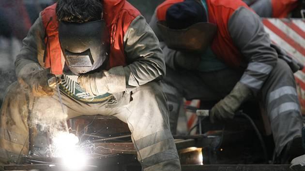 K nejžádanějším profesím na trhu práce patří svářeči.