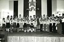 Vystoupení pionýrů 15. června 1979 při předávání čestných uznání zasloužilým pracovním, kteří se podíleli na stavbě mateřské školy.