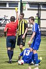 Fotbalisté Nových Sadů (ve žluto-černém) porazili Hranice 3:0.