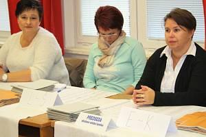 Členky volební komise v Hranicích.