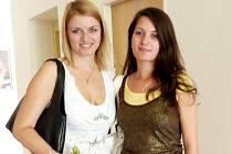 Martina Kvašová (vlevo) se nechala po besedě zvěčnit s jednou ze studentek.