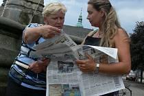 Putovní akce Den s Deníkem dorazila včera na tovačovské náměstí. Lidé se mohli dozvědět, jak vznikají naše noviny, zasoutěžit si o automobil Škoda Fabia.
