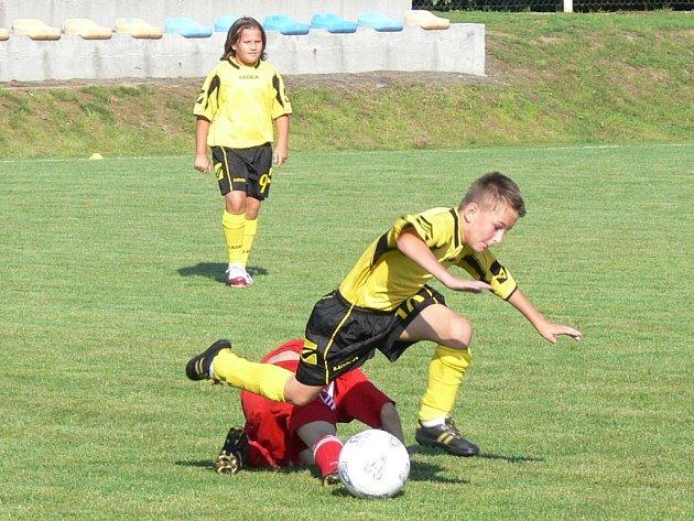 Mladí fotbalisté si nic nedarovali a bojovali o každý míč.