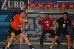 Přerovští házenkáři (v černém) doma porazili v prvním utkání play-out skupiny Frýdek-Místek 29:28.