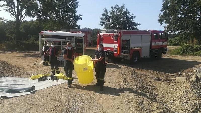 Hasiči zasahují u úniku neznámé látky do řeky Bečvy u Hranic, 20. 9. 2020