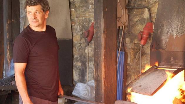 Kovářský mistr z Itálie Claudio Bottero začal v pátek 21. srpna odpoledne na nádvoří hradu Helfštýna spolu se svým synem pracovat na plastice s názvem Dech větru.