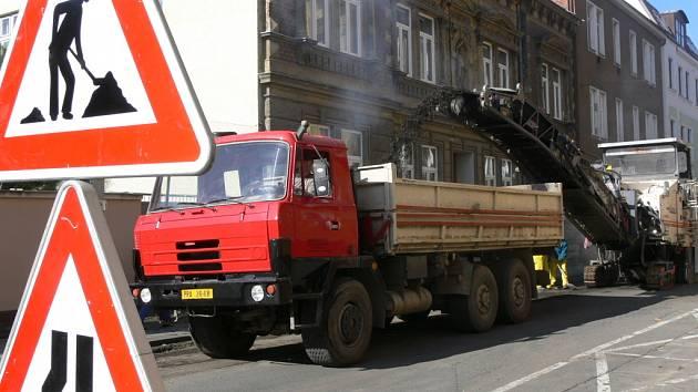 Na frézování vozovek v deseti ulicích vyčlenilo město necelých 11 milionů korun.
