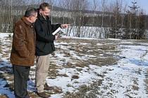 Starosta Potštátu Karel Galas s pracovníkem Místní akční skupiny (MAS) Hranice konzultují u vodní nádrže Harta, zda by tudy od příštího roku mohla vést hipostezka.