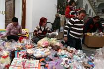 V obrovské hromadě dárků se organizátoři sbírky téměř topili.