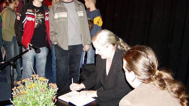 Součástí besedy byla i autogramiáda se spisovatelkou.
