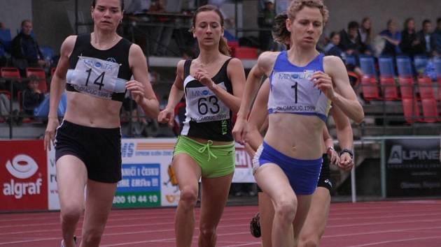 Petra Vašinová (č. 63) dosáhla v mistrovství republiky na pátou příčku v běhu na 800 metrů.