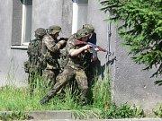 Ohlušující střelba zněla kasárnami Jaslo v Hranicích. Jako místo svého výcviku si tento opuštěný areál vybrala rota ochrany Sil rychlé reakce NATO tvořená příslušníky hranické posádky. Ta během cvičení využila i moderní laserové techniky.