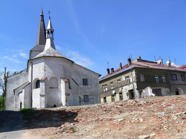 Továrna rušila památkové centrum vPotšátě. Zůstala po ní jen prázdná plocha.