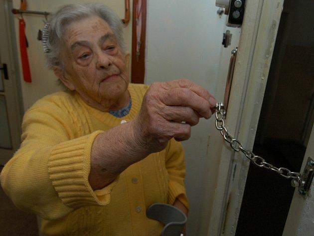 Bezpečnostní řetízky často nestačí. Podvodníci skulinky do bytů starých lidí hledají skrze nejrůznější fígly.