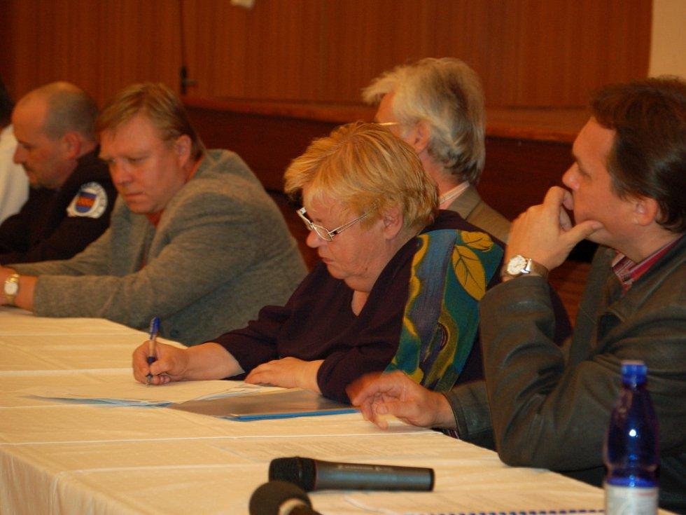 Obyvatelé Kojetína vyjadřovali různé názory. Mimo jiné žádali i navýšení počtu bezpečnostních kamer, které by monitorovaly dění. Vyjádřit názor minority přišly pouze dvě místní Romky.