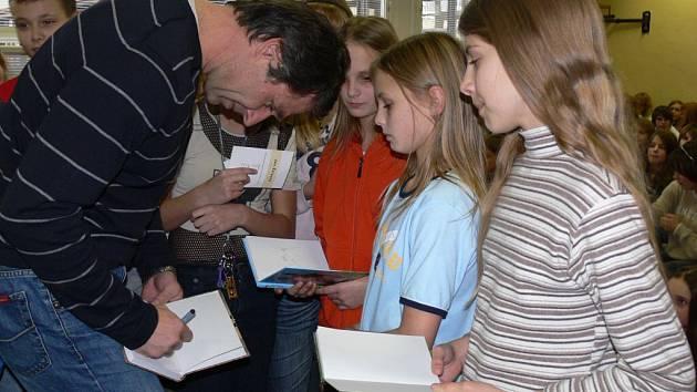 Legendární oštěpař Jan Železný navštívil včera Základní školu na Sídlišti Svobody v Prostějově, která už několik měsíců nese jeho jméno.