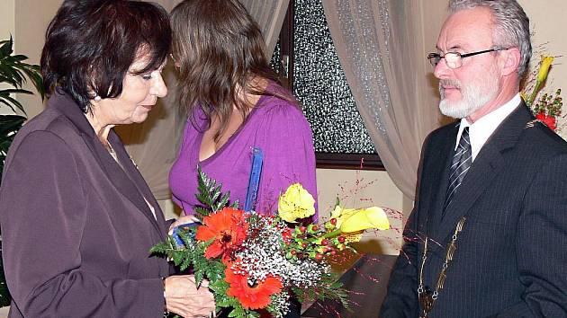 Cenu města Hranic za rok 2009 převzala za svého zesnulého otce Olga Dietlová.