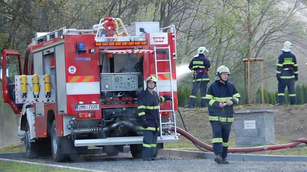 """Na místo postupně přijíždělo osm hasičských jednotek z Přerova a okolí, které likvidovaly """"rozsáhlý požár""""."""