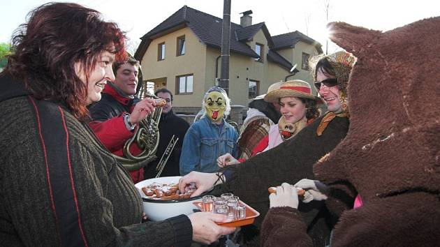 Průvod masek vyrazil v sobotu po domech v obci Ústí.