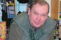 Miroslav Perutka ve svém obchodě se zbraněmi.