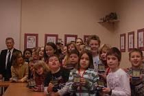 Děti ze ZŠ Trávník dostaly z rukou členů přerovské pobočky Svazu letců pamětní plaketu