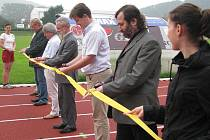 Staronovou atletickou dráhu s umělým povrchem převzal v úterý 30. června do užívání sportovní klub SK Hranice.