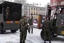 Vojáci přivezli do centra Hranic pódium. V pátek před ním budou mít slavnostní nástup