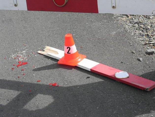 Závoru na železničním přejezdu v Dluhonicích někdo v poslední době poškodil už podruhé.