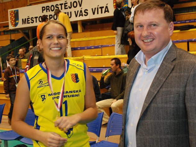 Šéf VK Prostějov Petr Chytil po triumfu v Českém poháru ve společnosti libera hanáckého týmu Michaely Fraňkové.