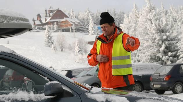 Kvůli zvýšenému počtu lyžařů zavedli na centrálním parkovišti na Kohútce asistenční službu.