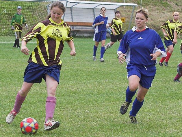 Děvčata na hřišti sváděla pěkné fotbalové souboje.